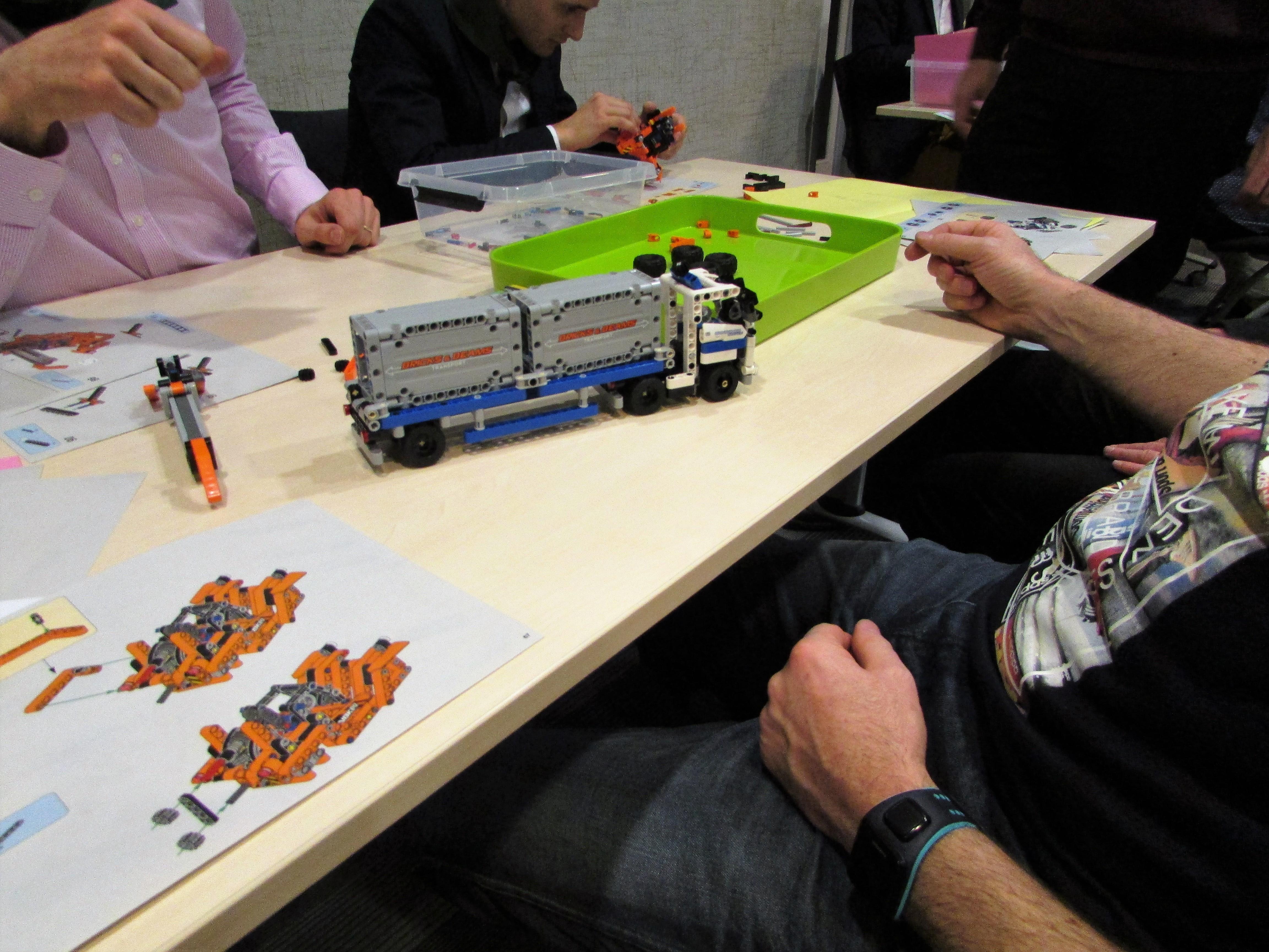 equipe construit camion lego